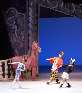 1jPicasso-parade-pantomime-horse-and-4-dancers_500